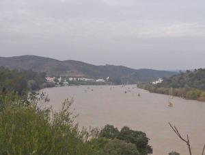 Här syns Alcotim på flodens vänstra sida. På andra sidan Spanien.