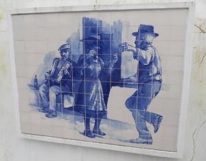 Vi infarten till Alcotim pryds en mur med många vackra kakelbilder, som skildrar folklivet
