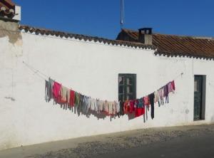 Överallt hänger tvätten på tork i det vackra vädret