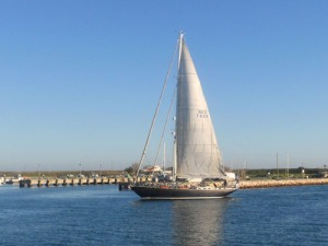 Seglebåt på väg in i den exklusiva marinan i Lagos