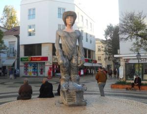 Den unge kung Sebastian står staty på ett litet torg