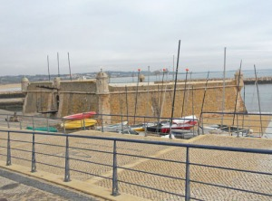 Det gamla fortet vid inloppet till hamnen vilade under en gråmulen himmel idag