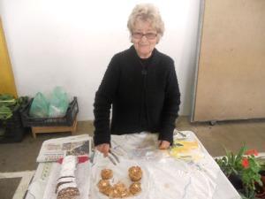 Kakorna, som den trevliga damen bakat,  var goda. Jag lyckades få henne att förstå, att min mamma hade bakat likadana.