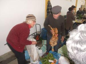 Den sålda hönan, som  stoppas i en påse, protesterade vilt.