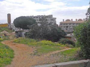 Nära tjusiga lägenhetshotell och bakom höga plank finns de här ruffiga skjulen. Kontraster!