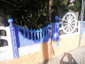 """Nära """"matlagningsplatsen"""" fanns den här färggranna bostaden, där en kviinna som heter Maria bor."""