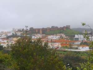I bakgrunden den stora pampiga fästningen