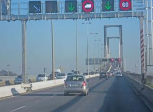 Nu åker vi upp på den höga bron, som för över floden Guadalquivir