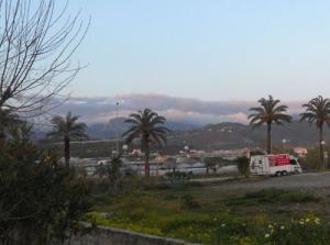 Öven bergen låg massiva moln