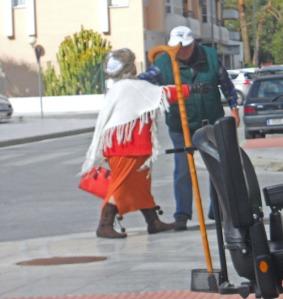 Den här damen, som blir omkramad, var ordentligt påpälsad med stövlar, yllekjol, tjock tröja, poncho och pälsmössa