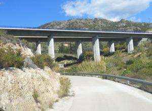 Här under motorvägen finns vattenkällan