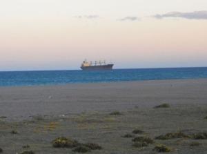 En av de stora båtarna, som skeppar sand till Nigeria, England och USA för tillverkning av gipsplattor (Oj Uffe, blev det rätt?  :-)