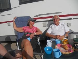 Tillbaka till stranden i Vera satte vi oss att fika mellan bilarna. Solen lyste och dagens upplevelser dryftades