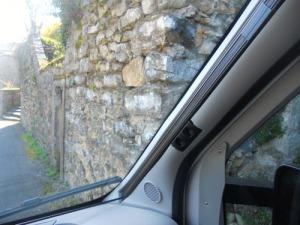 Bilarna var tvungna att fälla in sina backspeglar. Ingemar kröp mycket sakta. Vi hade ett par cm till muren.