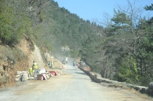 Efter Peyreleau höll man på flera håll på att reparera vägen inför turistsäsongen