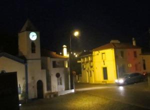 Det är morgon och klockan på den lilla kyrkan visar på 07:10. Alldeles för tidigt att stiga upp!