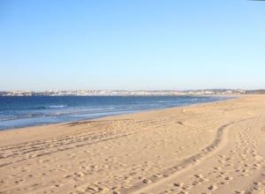 Bortom stranden i Alvor skymtar Lagos