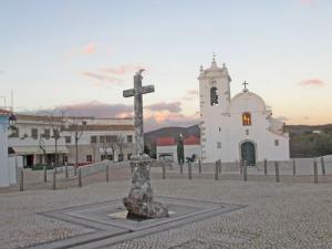 Kyrkan med den gamla stupstocken