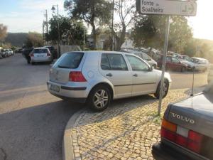 Det märktes att det var ont om parkeringsplatser. Den här bilen har parkerat mitt i en kurva.