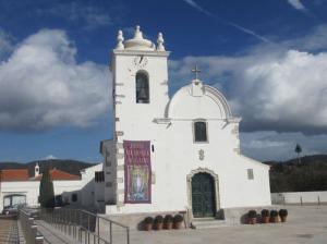 På den lilla fina kyrkan sitter gobelängen uppe