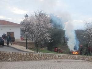 Undrar just, om de ska röka korven här? :-) Nej, det var nog bara en massa avverkade kvistar, som skulle brännas.