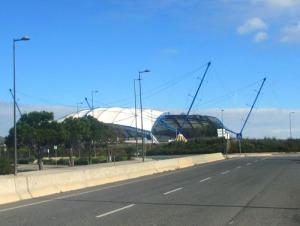 Här åker vi förbi Algarves jättestora arena.