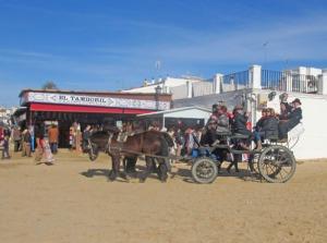 Det är hästar och åter hästar i El Ricio. Så här såg det ut på planen framför kyrkan.