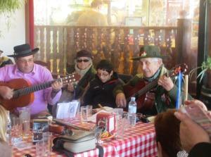 På serveringen vid torget, där Ingemar drack kaffe, spelades, sjöngs och dansades det sevillianas. Åh! Lite avundsjuk blev jag! :-)