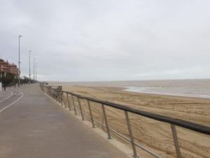 Strandpromenaden låg ganska öde.