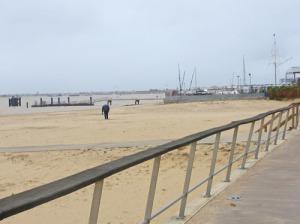 Till höger är en liten del av fiskeflottan. Till höger syns den lilla bryggan, varifrån man kan åka båt över till Doñana. Idag vill nog ingen åka över till nationalparken. En ensam man går på stranden med en metalldetektor i hopp om att hitta något värdefullt.
