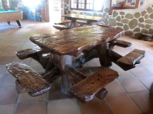 Härligt robusta bänkar och bord såväl ute som inne