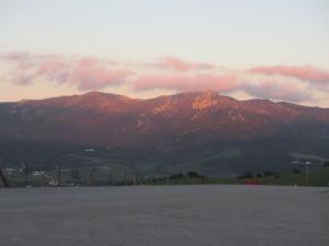 Den nedgående solen belyser bergen
