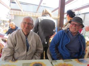 Ingemar och Åke studerar en av de många dragspelare, som gick runt i serveringarna