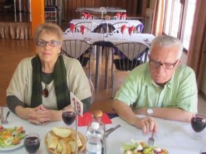 Det andra spanska paret. Mannen var en riktig spelevinker, som orsakade många glada skratt