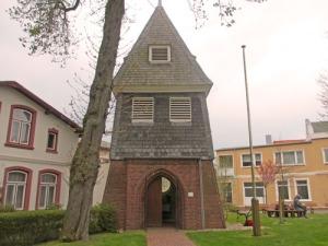 I parken utanför kyrkan i Büsum står den här ståtliga klockstapeln
