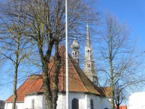 Vid torget ligger Heides vackra kyrka
