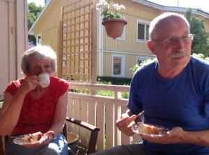När det var dags för jordgubbssäsongen, bjöd  grannen Lilian på jordgubbstårta. Anita, Börje och vi lät oss väl smaka.