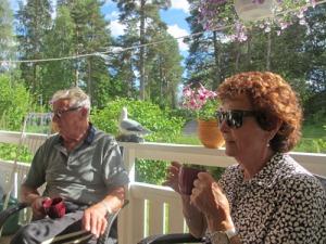 Våra närmaste grannar, Christin och Robert kom över på vår altan för en förmiddagsfika en solig dag.