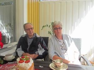 Nu var det dags för jordgubbstårta igen! Lilian, Karl-Axel och Gertrud låter sig väl smaka.