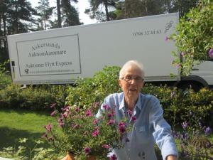 I slutet av sommaren kom Anna-Lisa, som flyttar till Karlstad, för  att säga adjö. Hon och hennes man var de första, som hälsade oss välkomna när vi flyttade hit. Det känns tomt!