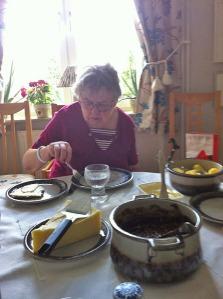 En dag bjöd Inga i Kumla på lunch. Gemensamma vännen Elsa lät sig också väl smaka av de goda portergrytan. Tack för en trevlig stund Inga! Vi ses i Spanien!