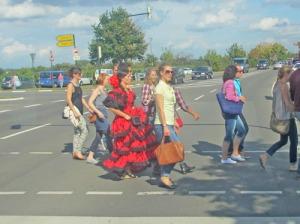 En ung dam kom t o m iförd en spansk flamencoklänning