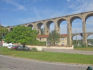 Nu åker vi igenom årets första romerska akvedukt