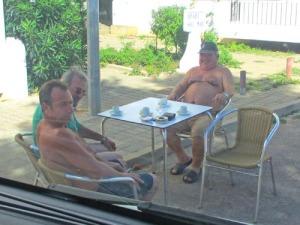 De här männen hade flyttat ut stolarna i skuggan. Det blev många glada skratt, när de lotsade ut oss ur gränden och villigt flyttade bordet åt sidan.