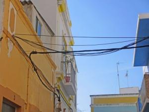 El- och telefonledningar hänger huller om buller