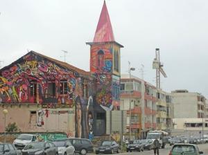 Den här gamla kyrkan är ordentligt dekorerad med graffiti