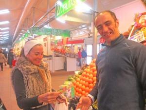Den kvinnliga kunden, som kunde bra engelska och försäljaren var båda mycket trevliga