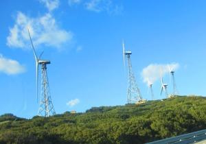 Längre bort utefter vägen finns fortfarande en del av de gamla vindkraftverken kvar