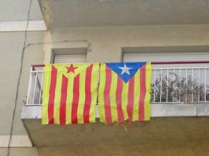 Den katalanska flaggan hänger överallt. Vet inte vad de olika stjärnsymbolerna betyder.