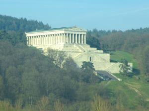 Högt och vackert beläget ovanför Donaustauf ligger ett minnesmonument, Walhalla